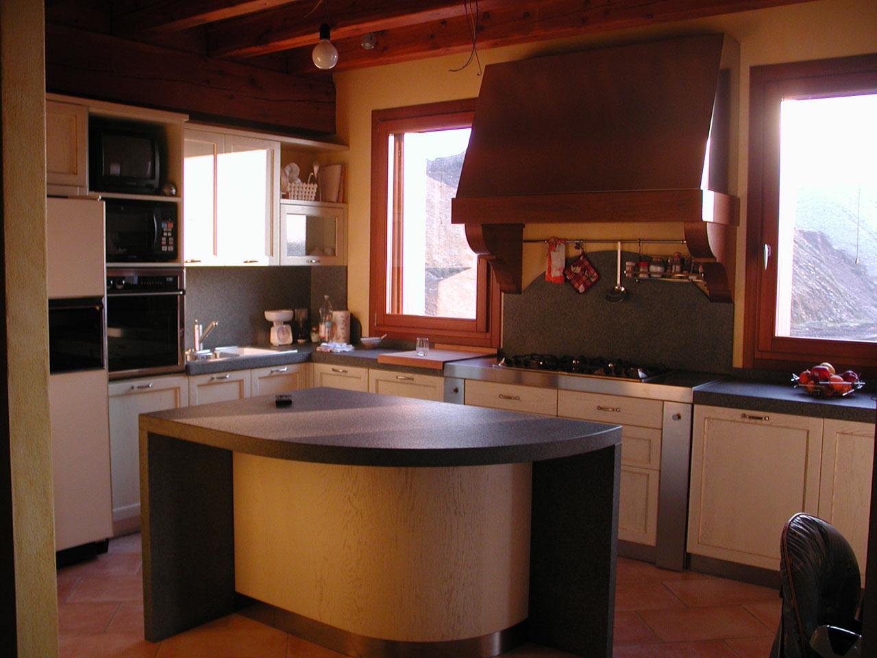 Cucine in muratura con isola centrale cucina con isola for Costo cucina con isola